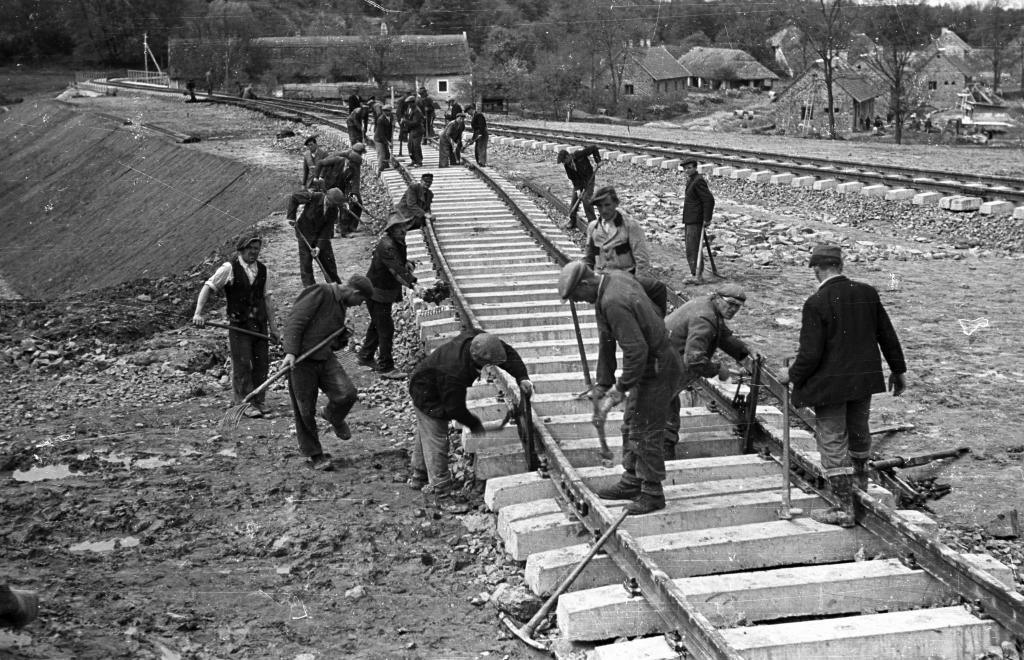 1950 Uzsabánya - vasúti rakodó építése